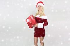 Belle fille tenant un cadeau de Noël Photo libre de droits