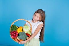 Belle fille tenant un panier de nourriture saine de légumes mûrs photographie stock