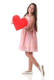 Belle fille tenant une forme rouge de coeur, au-dessus du fond blanc Photo stock