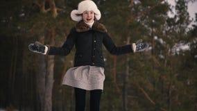 Belle fille tournant un jouet de décoration de flocon de neige de Noël sur le lit Elle est heureuse banque de vidéos
