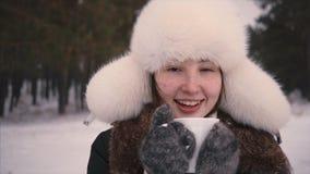 Belle fille tournant un jouet de décoration de flocon de neige de Noël sur le lit Elle est heureuse clips vidéos