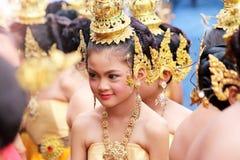 Belle fille utilisant les costumes thaïlandais traditionnels photo libre de droits