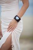 Belle fille utilisant un bracelet fait main Image stock