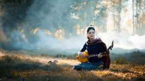 Belle fille vivant dans un instrument de goupille dans le nord-est Image libre de droits