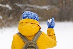 Belle fille voyageant en hiver avec un coeur glacial Images libres de droits