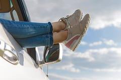 Belle fille voyageant en voiture Photographie stock libre de droits