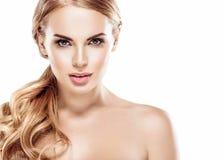Belle fin blonde de visage de femme vers le haut de studio de portrait sur le blanc Image stock