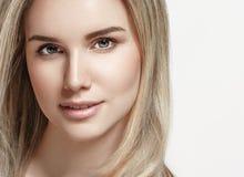 Belle fin de portrait de cheveux blonds de femme vers le haut de studio sur le blanc images stock