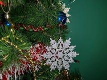 Belle fin sur un arbre de Noël décoré images stock