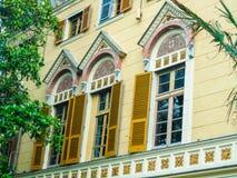 Belle finestre in una vecchia casa italiana immagine stock libera da diritti