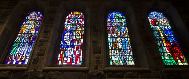 Belle finestre variopinte della chiesa Fotografie Stock