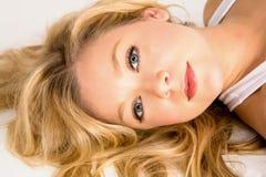 Belle fixation blonde de femme Photos stock