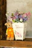 Belle fleur dans la rétro décoration de pot sur la table Photographie stock libre de droits