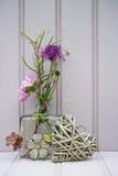 Belle fleur dans le vase avec de coeur toujours le concept d'amour de la vie Image libre de droits