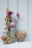 Belle fleur dans le vase avec de coeur toujours le concept d'amour de la vie Photographie stock