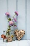 Belle fleur dans le vase avec de coeur toujours le concept d'amour de la vie Photographie stock libre de droits