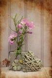 Belle fleur dans le vase avec de coeur toujours le concept d'amour de la vie Photos libres de droits