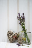 Belle fleur dans le vase avec de coeur toujours le concept d'amour de la vie Images stock