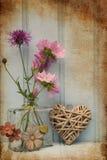 Belle fleur dans le vase avec de coeur toujours le concept d'amour de la vie Images libres de droits