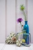 Belle fleur dans le vase avec de coeur toujours le concept d'amour de la vie Image stock