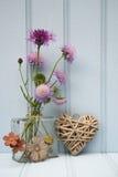Belle fleur dans le vase avec de coeur toujours le concept d'amour de la vie Photo stock