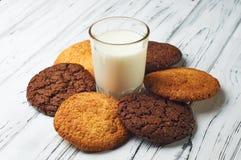 Belle fleur des biscuits et d'un verre de lait Photographie stock