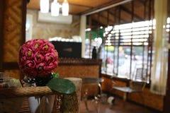 Belle fleur sur la table au café Images libres de droits