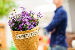 Belle fleur violette ou pourpre de Gypsophila en papier brun de grille Images stock