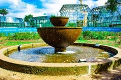 Belle fontaine dans le jardin image libre de droits