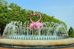 Belle fontaine de l'amour avec amour du ` s de flamant Images stock