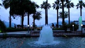Belle fontaine en parc de ville banque de vidéos