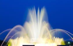 Belle fontaine musicale colorée Photos stock