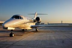 Belle forme d'un avion à réaction privé Images stock