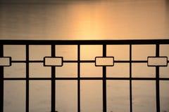 Belle forme de barrière métallique sur le fond de coucher du soleil image libre de droits