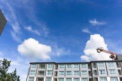 Belle forme de nuages pelucheux blancs sur le ciel bleu vif dans un jour suny images libres de droits