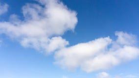Belle forme de nuages pelucheux blancs sur le ciel bleu vif dans un jour suny image stock