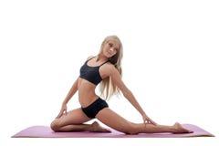 Belle forme physique faisante blonde aux cheveux longs mince photos stock