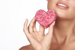Belle forme sexy de gâteau de consommation de femme de brune de coeur sur un fond blanc, nourriture saine, valentine savoureuse,  Images libres de droits