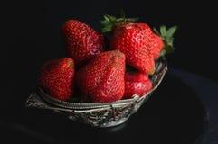 Belle fraise mûre dans le panier en osier en métal sur le plan rapproché en bois de fond Image stock