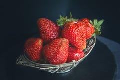 Belle fraise mûre dans le panier en osier en métal sur le plan rapproché en bois de fond texture horizontal des panneaux de pin i Photographie stock libre de droits