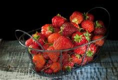 Belle fraise mûre dans le panier en osier en métal sur le plan rapproché en bois de fond Photos libres de droits
