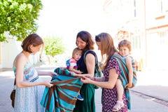 Belle future maman regardant la bride, transporteur de bébé images stock