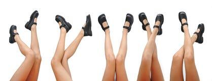 Belle gambe della donna e scarpe nere che indicano su isolato su un fondo bianco fotografie stock libere da diritti