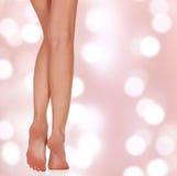 Belle gambe della donna su un fondo astratto Immagini Stock