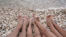 Belle gambe di bella famiglia Una coppia di piedi sulla costa del mare adriatico La Croazia archivi video