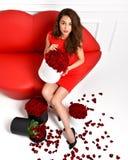 Belle gambe di lusso della donna alla moda in alte colline ed in Dott. rosso Fotografia Stock Libera da Diritti