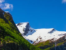 Belle gamme de montagne autour de glacier de Briksdal, Norvège Photos stock