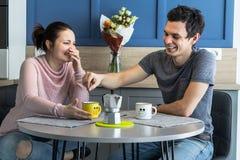 Belle giovani coppie allegre a casa Fotografia Stock Libera da Diritti