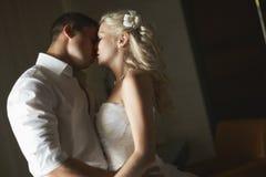 Belle giovani coppie che baciano con l'abbraccio emozionale Immagine Stock