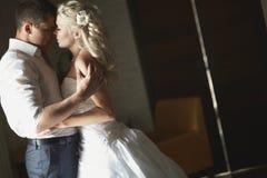 Belle giovani coppie che baciano con l'abbraccio emozionale Immagine Stock Libera da Diritti